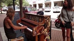 美流浪漢路邊彈鋼琴  優美旋律驚艷百萬人
