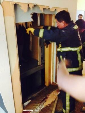 人與狗困電梯搶救無門 只好破牆!