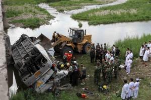 巴士墜橋11死 南韓官員疑壓力大墜樓身亡
