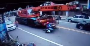 驚險!機車搶快整輛打滑 險遭起重機捲車底
