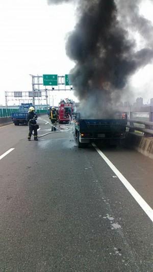 救命「叭叭」聲 火燒車上2人及時逃生