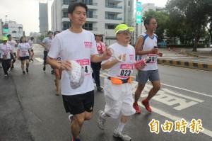 人生第一場路跑 20名視障者挑戰成功