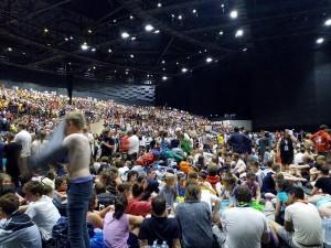 暴風雨突襲 1.5萬露營青年擠劇院避難