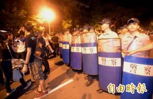 04:20 「怕了你們」 警方驅離教育部周邊學生