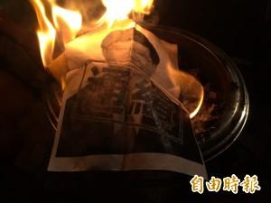 民眾「通緝吳思華」  燒冥紙憑弔林冠華