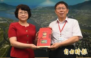 柯文哲接見上海市副市長翁鐵慧 送悠遊卡