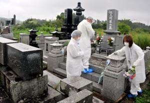 福島災民掃墓  身著防護服