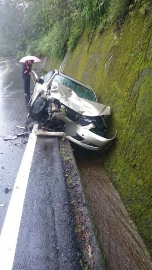 「砰!」超車不慎 中客團遊覽車與小客車相撞