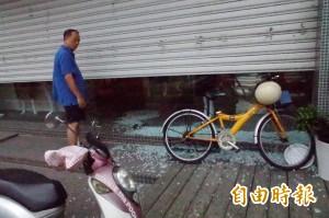 斗六市中午一陣怪風 吹破商家玻璃