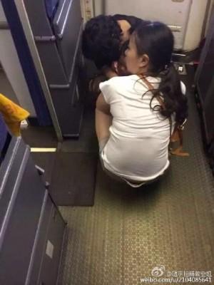 嫌飛機廁所太小  強國家長竟讓小孩在機艙大便