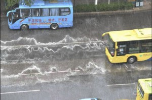 天津大爆炸頭七下大雨 路面驚現白色泡沫