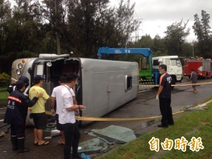 中客團遊覽車翻覆 1死15傷