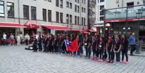 和平天使!台灣學童德國街頭舉國旗、唱國歌