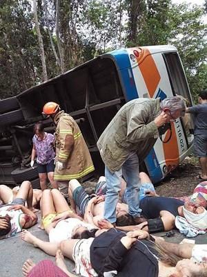 巴西巴士翻覆 至少15死40傷