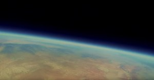 男子相機漂流到太空 美景令人屏息