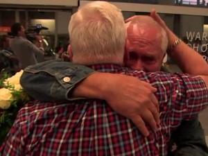 雙胞胎兄弟二戰後失散  70年後重聚相擁痛哭