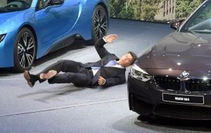 BMW執行長突暈倒 新車發表會中止