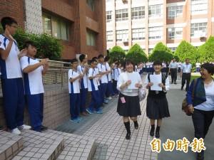 水商接待日本學生 夾道歡迎樂翻櫻花妹