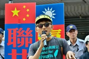 台灣國護照貼紙違法? 貼紙發起人:我聽你吹喇叭!