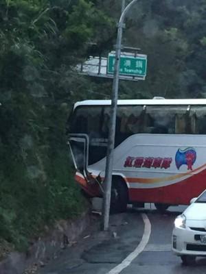 遊覽車不慎撞山壁1傷 蘇花公路回堵5公里