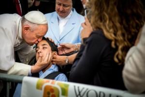教宗突下車親吻腦麻男孩額頭 媽媽哭了