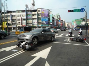 吃燒酒雞酒駕 賓士男逆向撞倒一票汽機車