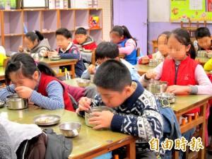 週刊爆:煮白飯添加化學藥劑 近百校學生吃下肚