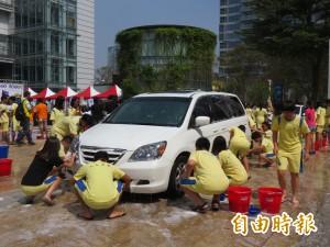 高中生上街開趴?公益洗車啦!