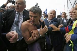 抗議法荷航大裁員  高層被圍、衣服遭扯爛