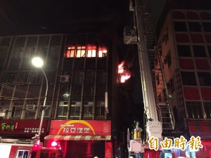 板橋公寓凌晨火警 九旬阿嬤逃生受傷