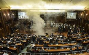 反對黨議員丟催淚彈 科索沃國會煙霧瀰漫