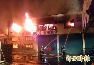 狂燒3小時  2千坪家具工廠全毀