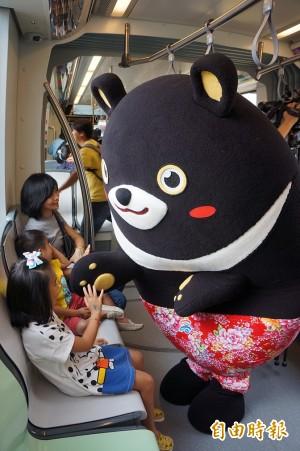 輕軌車上「熊」出沒!乘客超開心