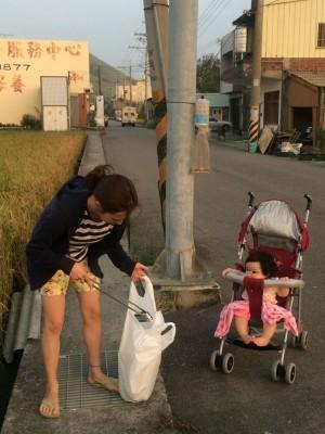 日籍台灣媳婦愛乾淨 帶小孩散步沿路撿垃圾