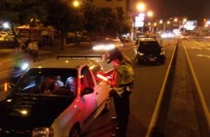 4百萬名車疑加速失控 打轉撞爛警車