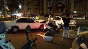 男子抓狂連續衝撞 撞爆前車保險桿