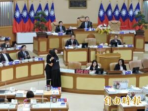 國民黨團總質詢 女議員給侯友宜「抱抱」