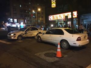 男子與女友吵架 竟抓狂連續衝撞前車