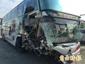 中山高遊覽車撞護欄5傷 車上44名遊客驚魂