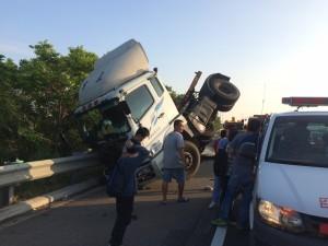 國道3號連結車擦撞廂型車 4人輕傷