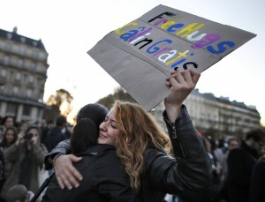巴黎市民上街弔唁罹難者 「免費擁抱」療癒人心