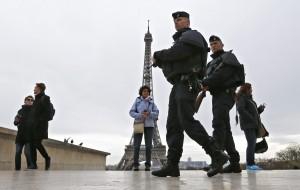 巴黎恐攻後軍警警戒  中國遊客老神在在