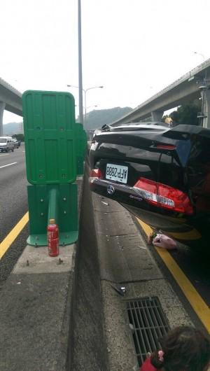 國道釀追撞事故 小轎車失控翻覆3人傷
