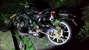 疑夜騎不熟路況 重機男連人帶車墜坡身亡