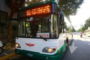 公車過站不停 火爆男包小黃追公車打人
