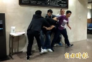 酒店槍擊案 友人來接「金剛」 在地檢署全武行