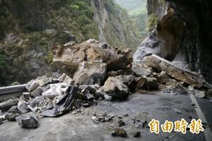 中橫近千噸落石砸車 老婦當場慘死