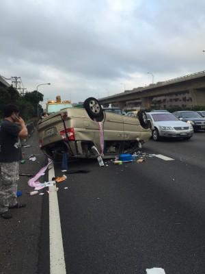 中山高連環追撞車禍 休旅車翻覆1人輕傷