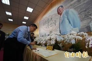 弔唁《自由》創辦人 柯P:他堅持台灣本土 令人敬仰