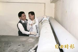 議員質疑採購不法 林佳龍爬上屋頂實地勘查